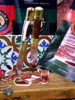 Jabugo Capa Negra Bellota és Cebo de Campo Ibérico.  Csúcsminőségű érlelt sonka makkoltatott, ill. csúcstápon nevelt ibériai feketelábú sertésből.